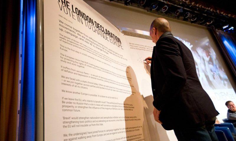 "Yanis Varoufakis signs the ""London Declaration"""